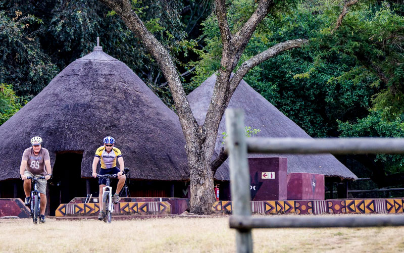 blouberg_exterior_cyclists